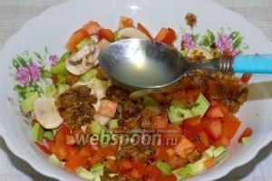 Теперь смешайте все ингредиенты. Выдавите половинку лайма и заправьте салат оливковым маслом. Мелко нарубите петрушку. Соль, перец по вкусу.  Салат подавайте сразу, иначе он стечёт и утратит свой пикантный вкус.