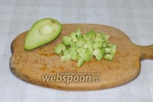 Очистите авокадо, выньте косточку и нарежьте его кубиками.