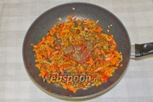 Когда вы слегка обжарите овощи — добавьте к ним томатную пасту и специи. Добавьте немного кипяченой воды, накройте крышкой и томите 10 минут на маленьком огне.