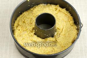 Форму для выпекания (у меня 20 см) смазать сливочным масло, затем выложить тесто и разровнять.