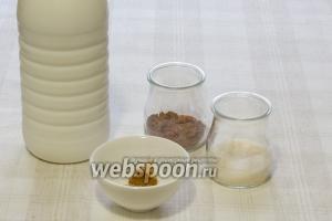 Для приготовления классического какао вам понадобятся: молоко, какао-порошок, ванильный сахар и корица.  Если вы взяли магазинное молоко, то разбавлять его водой не стоит.