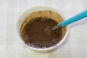 Добавьте в пиалу несколько столовых ложек тёплого молока и перемешайте смесь так, чтобы не было комочков.