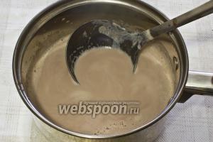 В разогретое молоко маленькой струйкой вылейте смесь, постоянно помешивая.  Доведите напиток до кипения и варите 5 минут на медленном огне, постоянно перемешивая.