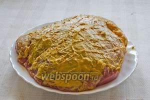 Затем равномерным слоем наносим горчицу на мясо.