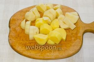 Через пол часа добавьте в бульон крупно нарезанный картофель.