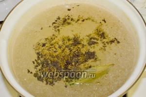 В бульон добавьте измельчённый сухой базилик, лавровый лист, молотый перец и соль.