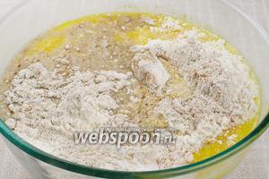 Добавить в сухие ингредиенты желтки с сахаром и молочно-медовую смесь.