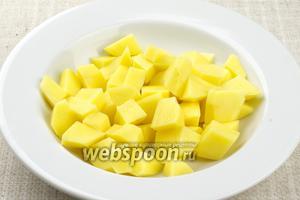 Картофель очистить, помыть и так же нарезать кубиками.