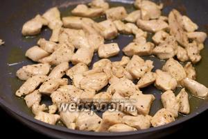 Затем филе обжарить на оливковом масле до слегка румяного цвета.