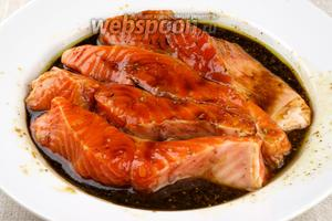 Выложить рыбу в маринад и оставить мариноваться при комнатной температуре на 40-50 минут.