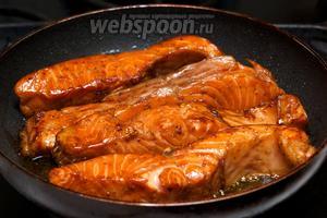 Затем в сковороде разогреть 1 ст. л. оливкового масла и на среднем огне обжарить рыбу до румяной корочки — по 4-6 минут с каждой стороны. Подавать сёмгу с овощами и долькой лимона.