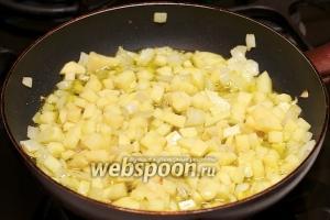 Затем добавить к луку картофель и жарить всё ещё 10 минут.