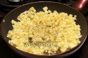 Готовить до полной готовности картофеля, добавить соль и чёрный молотый перец по вкусу.