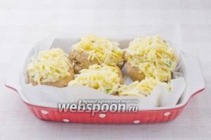 Разложить получившуюся смесь в запечённую картофельную кожуру, посыпать оставшимся сыром. Вернуть в духовку на 10 минут.