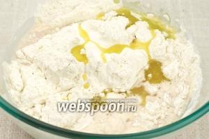 Затем добавить муку, яйцо, оливковое масло и соль.