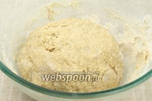 Замесить однородное мягкое тесто, которое хорошо отстаёт от рук. Если тесто всё ещё липнет к рукам, добавьте муки и вымешивайте до нужной консистенции.