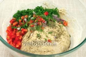 Затем добавить в тесто приготовленные овощи и специи: смесь итальянских трав и щепотку чёрного молотого перца.