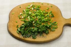 Измельчите кинзу и зелёный лук.
