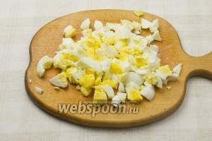 Отварите яйца вкрутую (варить 7 минут от момента закипания) и крупно порежьте.
