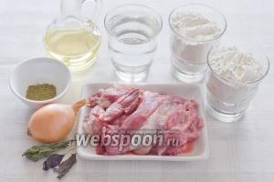 Для приготовления чебуреков возьмите свиной гуляш, средней величины луковицу, два стакана муки, стакан кипяченой воды комнатной температуры, подсолнечной масло и специи.