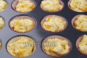 Застелить формочки пергаментными формочками и выложить тесто (получается 12-15 кексов).