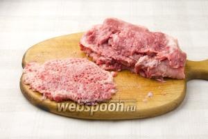 Толщина мясных стейков не должна быть больше 1 сантиметра. Чтобы оно было нежным – слегка отбейте мясо.