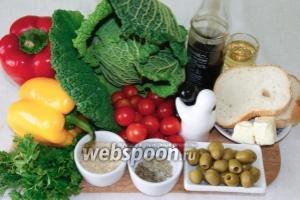 Для приготовления салата возьмём такие продукты: савойскую капусту, сладкий перец, помидоры черри, оливки, зелень, кунжут, 3-4 кусочка батона для сухариков и специи.