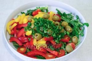 Соединить капусту, сладкий перец и помидоры, затем добавить мелко порезанную зелень, горсть оливок, соевый соус и оливковое масло.