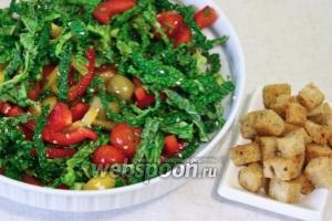 Тщательно и аккуратно перемешать салат, подавать присыпав кунжутными семенами и сухариками.