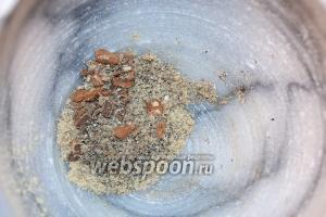 Специи: кардамон, корицу, перец и имбирь — измельчить в ступке в максимально однородную массу.