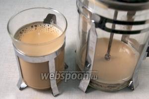 Подавать масала чай горячим, разливая по чашкам через ситечко.