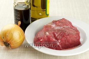 Для приготовления мяса возьмём говядину, крупную луковицу, соевый соус и специи.
