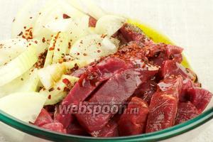 В глубокой миске соединить мясо, лук, оливковое масло, соевый соус и специи.