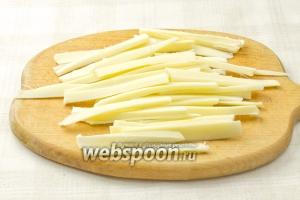 Нарежьте сыр длинными тонкими полосками.