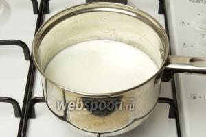 Влейте молоко в кастрюлю и доведите до кипения.