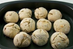 После этого жар уменьшить до 150 °С и выпекать булочки 20-25 минут.
