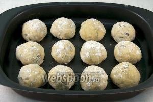 Затем булочки выложить на противень и поставить в разогретую до 200 °С духовку.