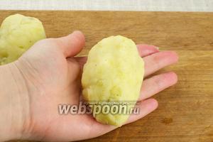 Затем картофельную лепёшку плотно завернуть, придавая ей форму продолговатой котлеты. Это немного похоже на фаршированные картофелины.
