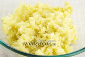Готовый тёплый картофель очистить и размять толкушкой, добавить 1 яйцо, соль (2 щепотки) и чёрный молотый перец по вкусу, я добавила 1 щепотку.