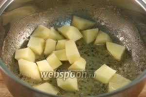 Затем добавить крупно порезанный очищенный картофель, добавить воду и накрыв крышкой, варить 10 минут, до готовности картофеля.