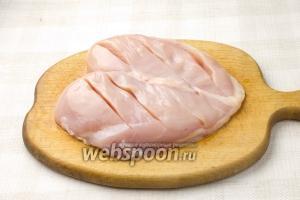 На куриной грудке сделайте несколько неглубоких надрезов. Так она лучше пропечётся.
