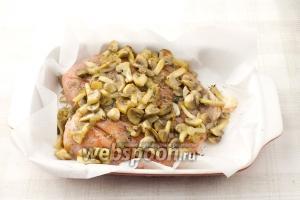 На куриное филе выложите вторую половину грибы и лук.