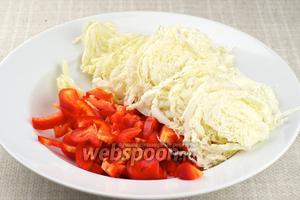 Тем временем нарезать тонкой соломкой пекинскую капусту и сладкий перец.