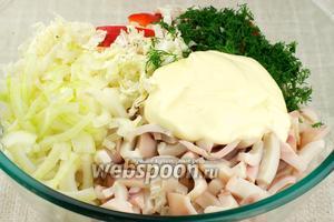 Соединить капусту, перец, кальмары, мелко порезанный укроп, маринованный лук, 2-3 столовые ложки майонеза.
