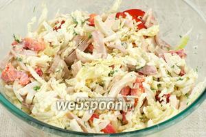 Хорошо перемешать салат, добавить соль и чёрный молотый перец по вкусу.