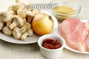 Для приготовления супа понадобится куриное филе, шампиньоны, томатная паста, лук, морковь, тонкая вермишель и специи.