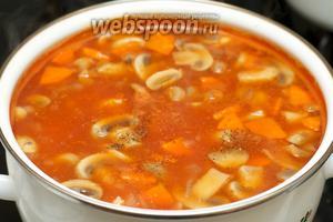 Добавить вермишель и помешивая варить суп 1 минуту. Посолить и поперчить по вкусу. Дать супу настояться 10 минут.