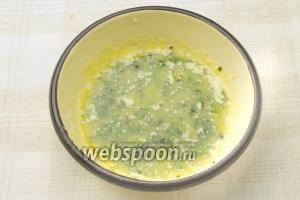 Добавьте в масло базилик, выдавите чеснок и перемешайте.  Существует альтернативный способ: в растопленное масло добавьте листья базилика и зубчики чеснока, а потом взбейте всё в блендере.
