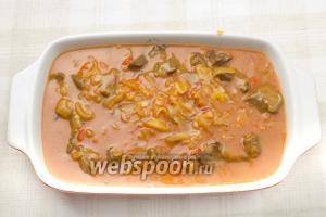 Залейте телятину томатным соусом.