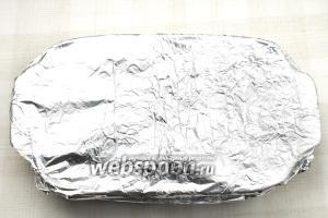 Накройте форму фольгой и отправляйте запекаться на 90 минут в разогретую до 180 °С духовку.